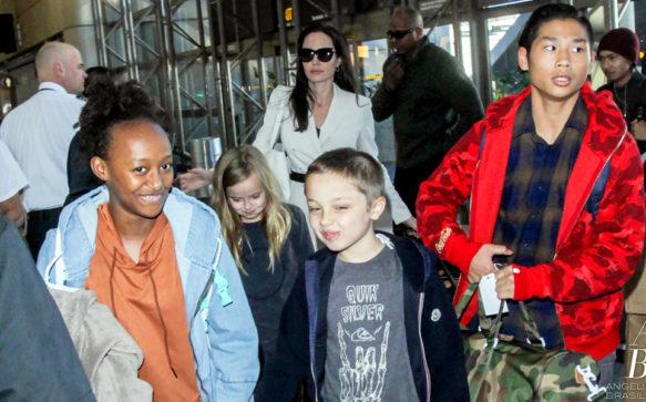 Angelina Jolie é vista em aeroporto com os filhos