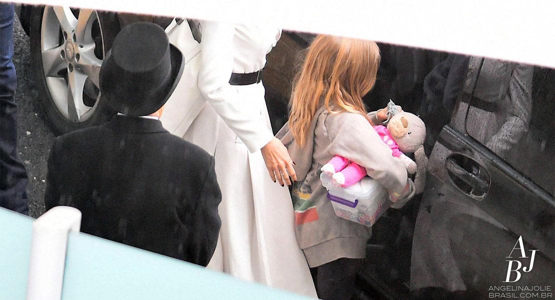 Angelina Jolie e os filhos aterrizam em Londres