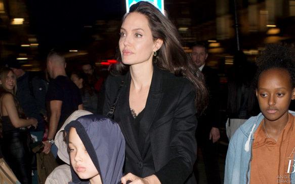 Angelina Jolie faz compras com os filhos em Londres