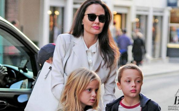 Em Londres, Angelina Jolie leva os filhos a livraria