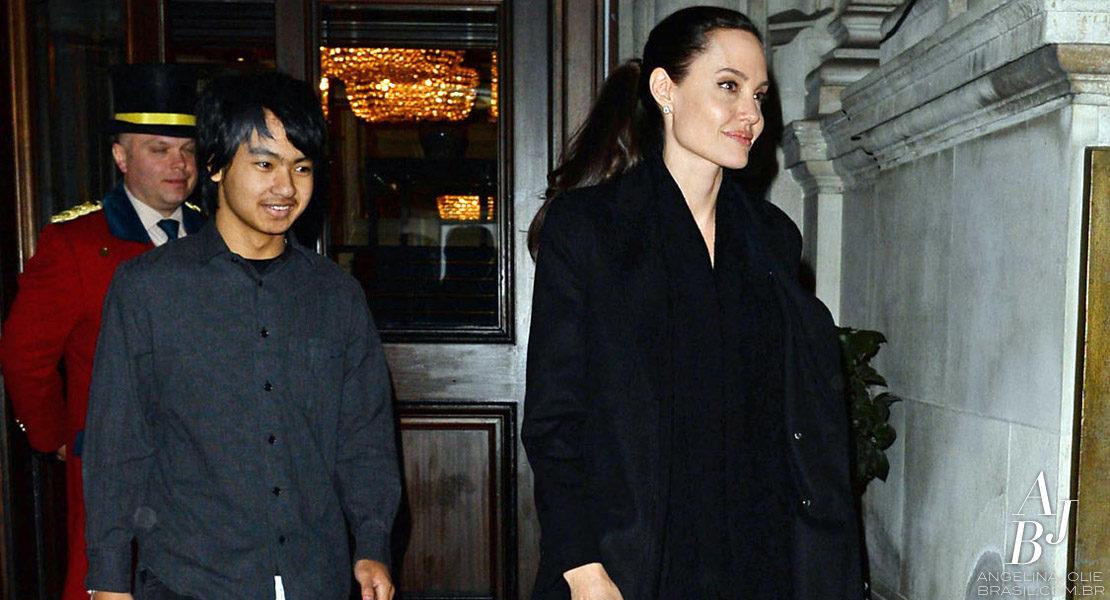 Angelina Jolie e Maddox vão ao Palácio de Buckingham
