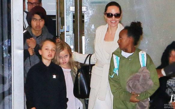 Angelina Jolie e os filhos retornam a Los Angeles