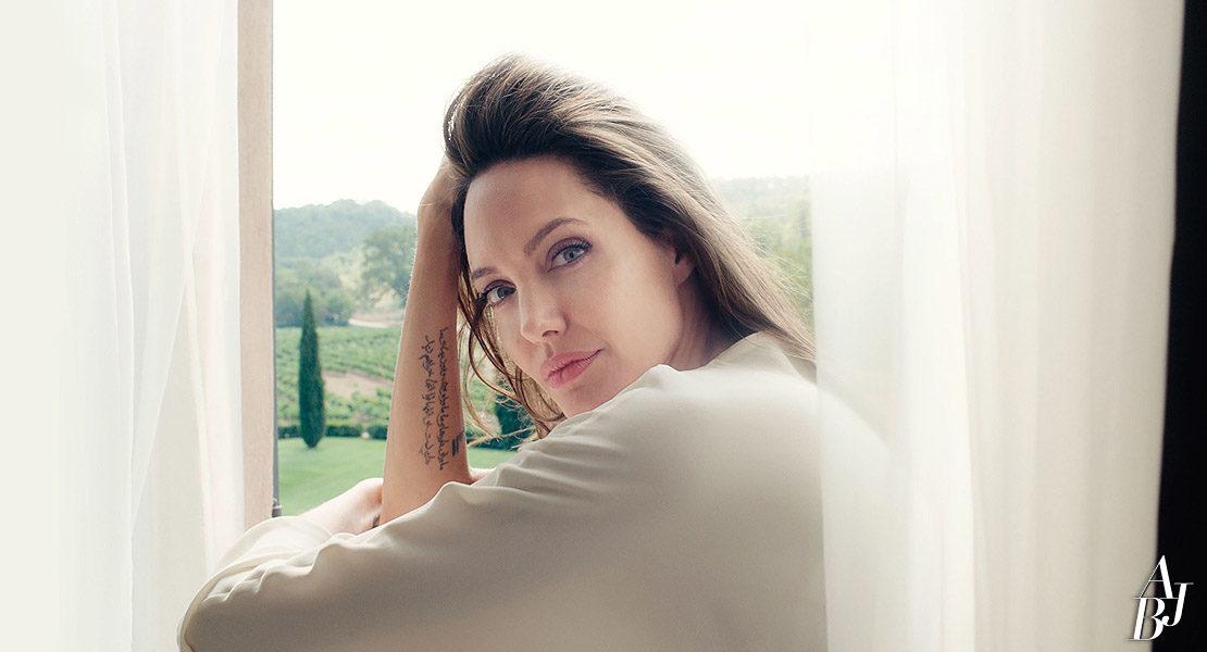 Jolie fala sobre a Guerlain em entrevista a Marie Claire