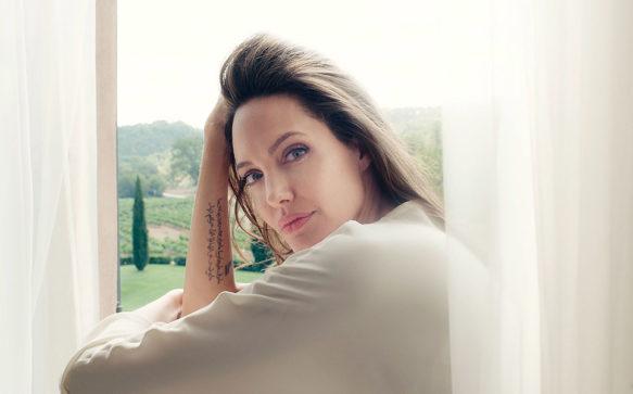 Jolie fala sobre a Guerlain em entrevista à Marie Claire