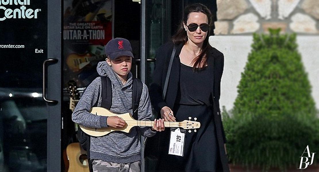 Angelina Jolie faz compras com a filha em Los Angeles
