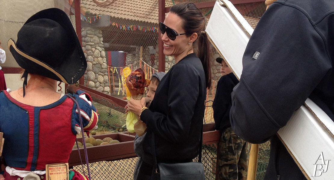 Angelina Jolie leva os filhos a feira medieval
