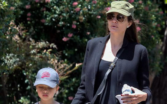 Angelina Jolie passeia com os filhos no Dia das Mães