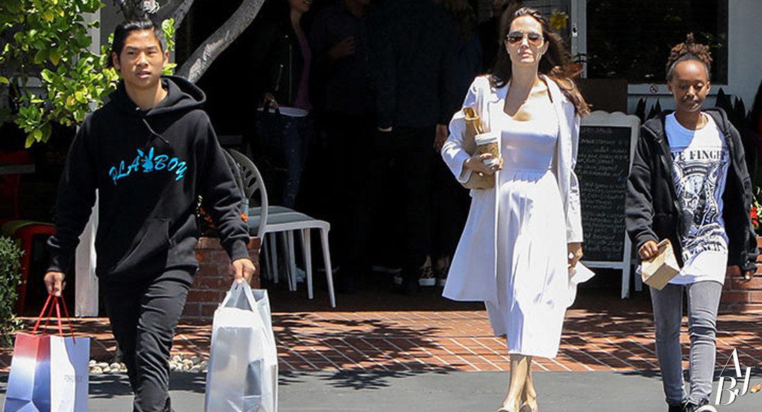 Jolie faz compras com Zahara e Pax em Los Angeles