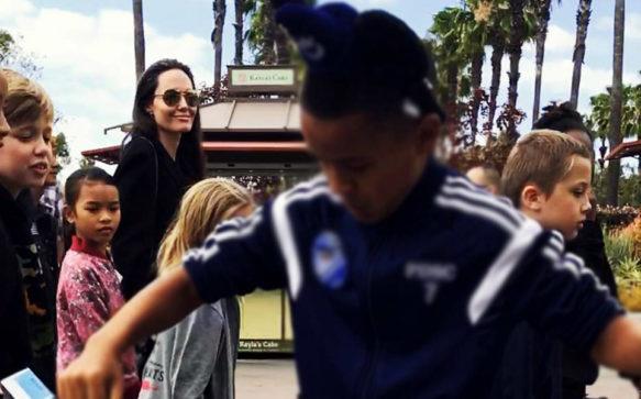 Angelina Jolie leva os filhos à Disneyland