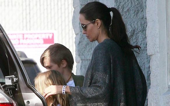 Angelina Jolie leva os filhos para andar de patins
