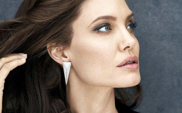 Angelina Jolie concede entrevista à revista indonésia