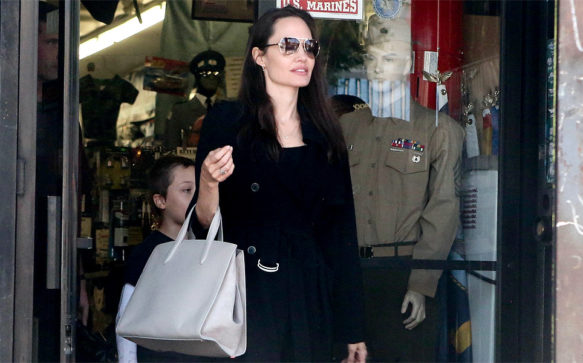 Jolie leva o filho em loja de acessorios militares