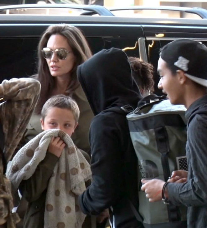 Angelina Jolie deixa Los Angeles com os filhos