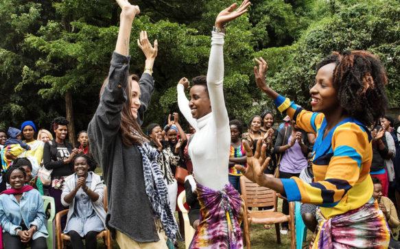 Angelina Jolie visita meninas refugiadas no Quênia