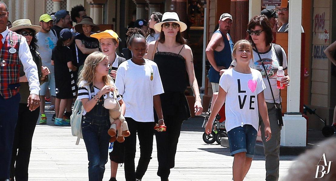 Jolie comemora aniversário dos gêmeos na Disney