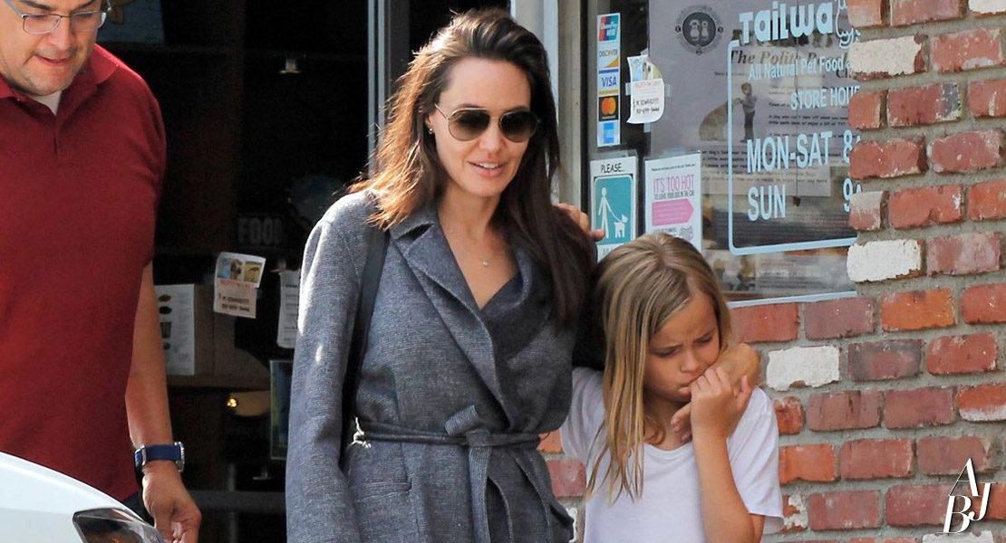 Jolie faz compras com a filha em Los Angeles