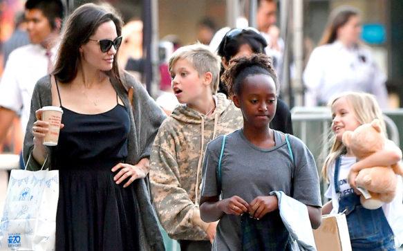 Jolie faz compras com as filhas em Los Angeles